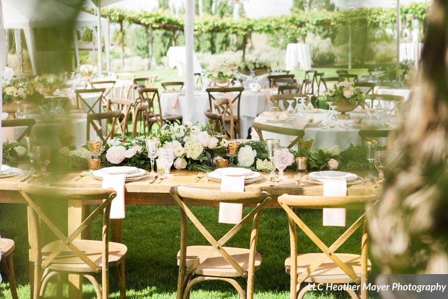 rustic-xback-vineyard-chairs-head-table-garland-lakechelanflowers-com-heathermayerphotography-lakechelanweddingrentals-com-caveb-com